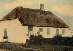 """Familien Peder Egeberg foran """"æ Blæsborg"""" på øen Fur anno 1920"""